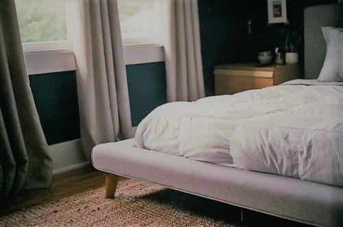 窗簾不僅能遮光,還能作為化解鄰屋尖角的利器